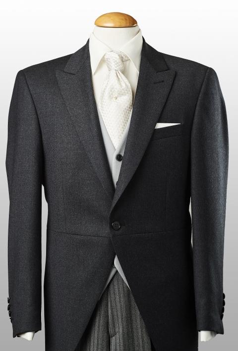 Jaquette grise anthracite, gilet gris perle et pantalon rayé