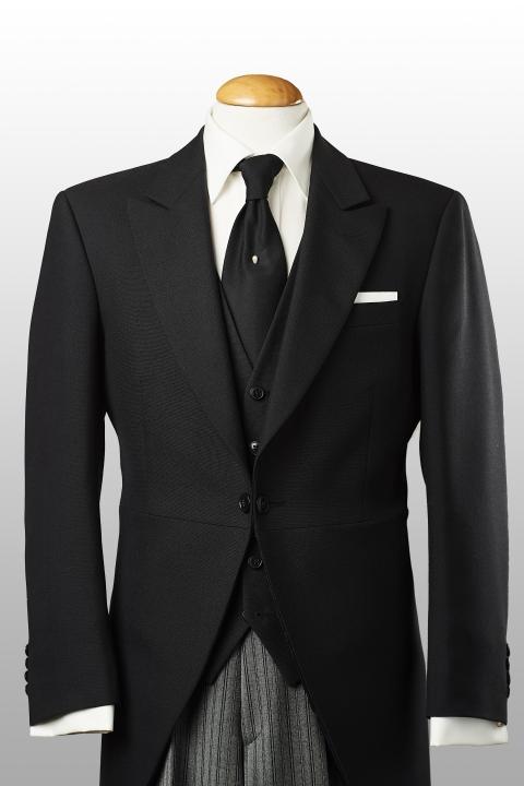 Jaquette noire, gilet noir et pantalon rayé