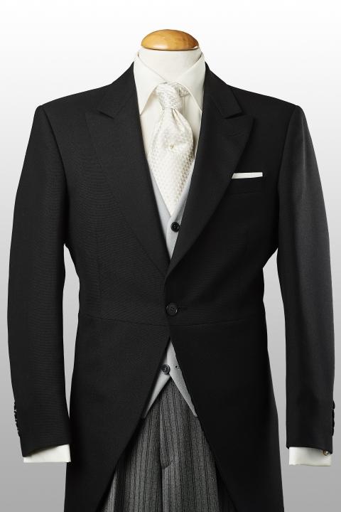 Jaquette noire, gilet gris perle et pantalon rayé